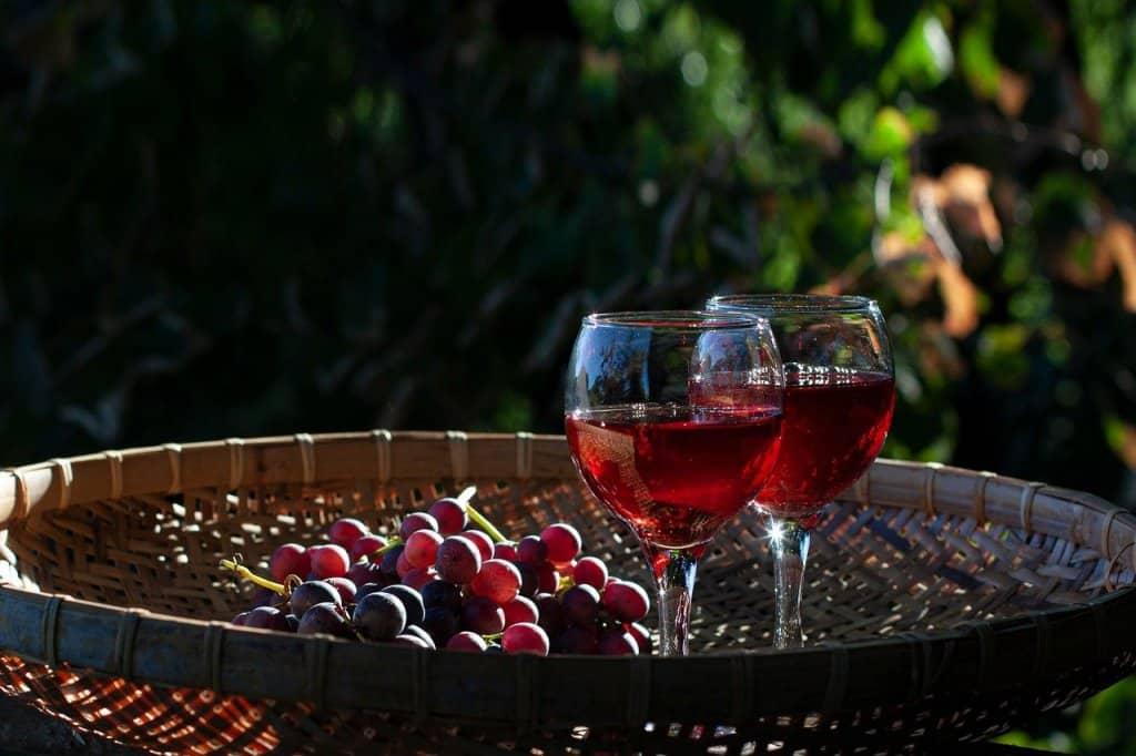 Wine Glasses Wine Grapes Still Life  - Zephyrka / Pixabay